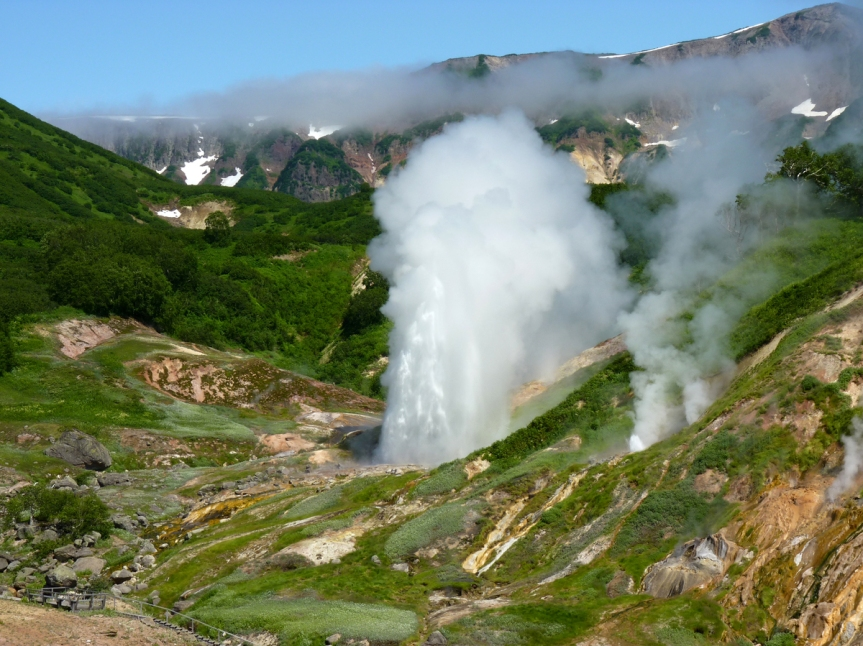 russia-travel-the-eruption-of-the-geysers-in-valley-of-geysers-3