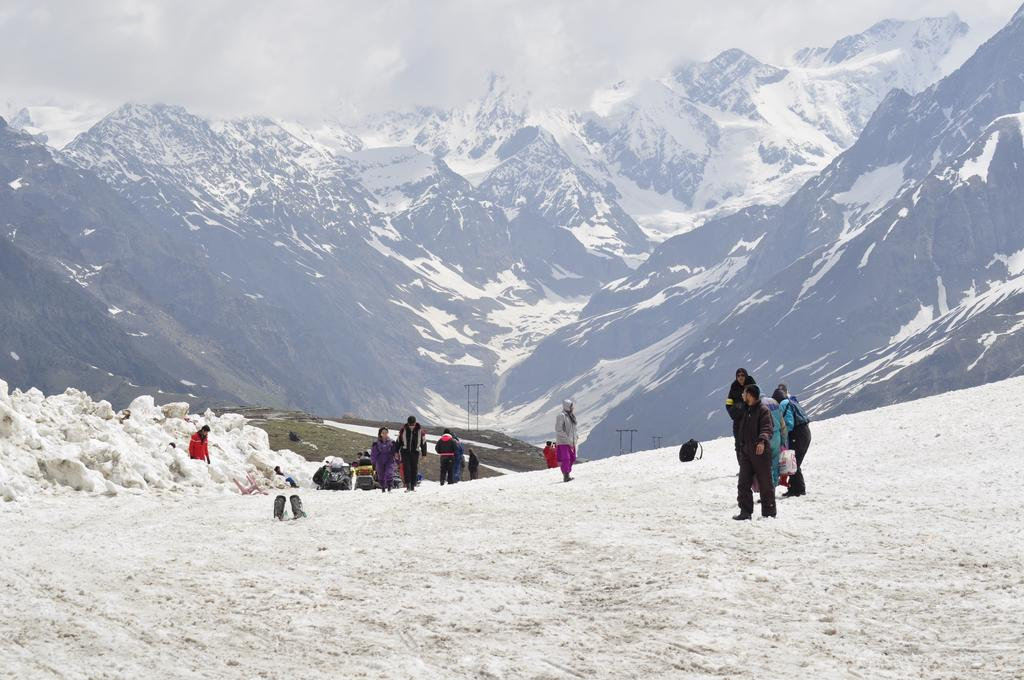 travel-guide-blog-India-view-of-peaks-around-rohtang-pass_8631802_l
