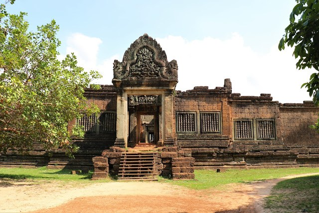 Cambodia-Angkor_Wat-Banteay_Samre-North-Gopura-Wall-travel